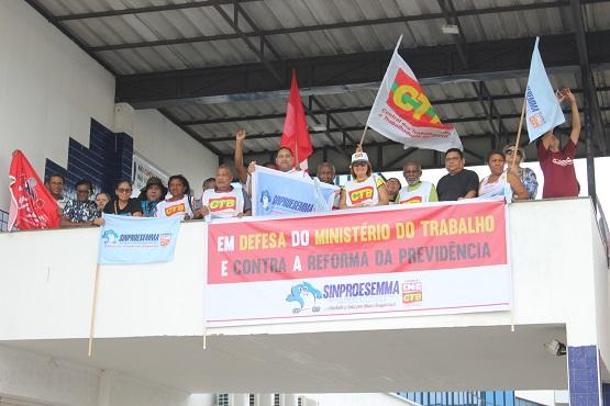 Sindicalistas dão abraço simbólico no MTE e repudiam a extinção do Ministério